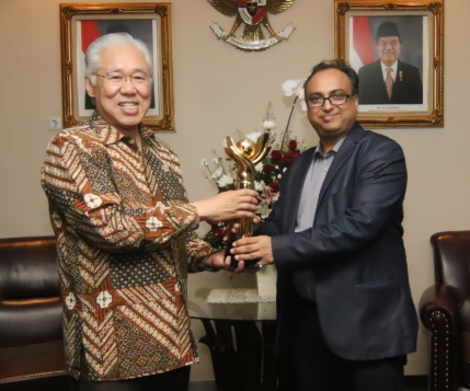 PT Embee Plumbon Tekstil Receiving Primaniyarta Award from Trade Minister Of Indonesia (Menteri Perdagangan) Bapak Enggartiasto Lukita