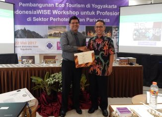Bp Rohandi Dean of Universitas Sanata Dharma presents Best Mentor Award to Amol Titus