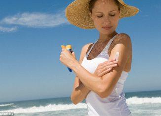 Best-Skin-Sun-Protection-for-Summer-2018-Women-applying-Sunblock
