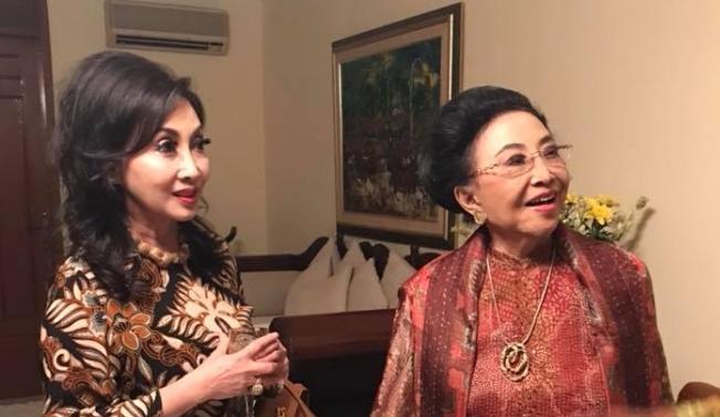 Ibu Mooryati Soedibyo with her daughter Putri Kuswinu Wardani