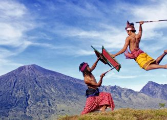 6-unique-regional-traditions-in-indonesian-independence-day-peresean