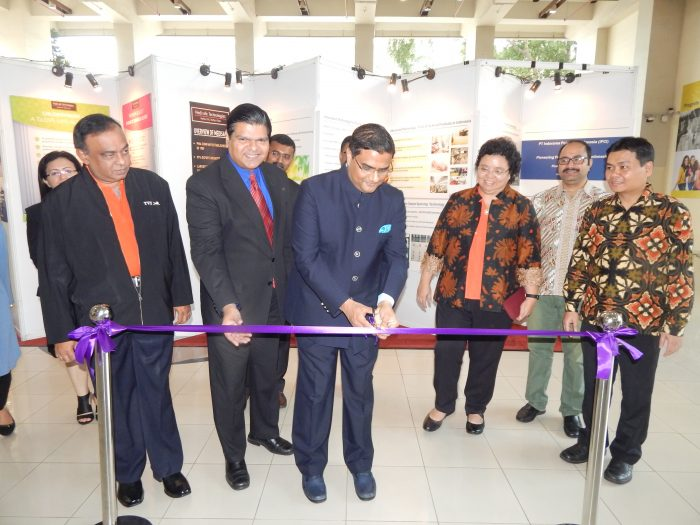 Mr Prakash Gupta, DCM Embassy of India (center) inaugurates Best of India KNITE 2018. Also featured (left to right) are Mr V Thiyagarajan of TVS, Mr Amol Titus of IndonesiaWISE and Founder KNITE, Ibu Elisabeth Rukmini, Vice Rector of Universitas Katolik Indonesia Atma Jaya and Bp Irenius Dwinanto Bimo, Dean Faculty of Business and Economics.