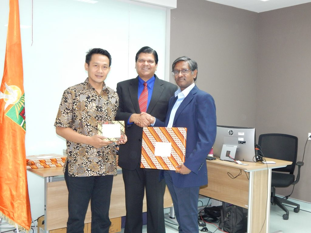 Flanking Mr Amol Titus are Mr N Srikanth (right) and Mr Ahmed from PT Indorama Synthetics Tbk. Best of IndiaKNITE especially invites talented and rising Indonesian professionals to emphasize commitments of Indian owned/managed organizations to Indonesian talent development. This also provides inspiration to students seeking meaningful career opportunities.
