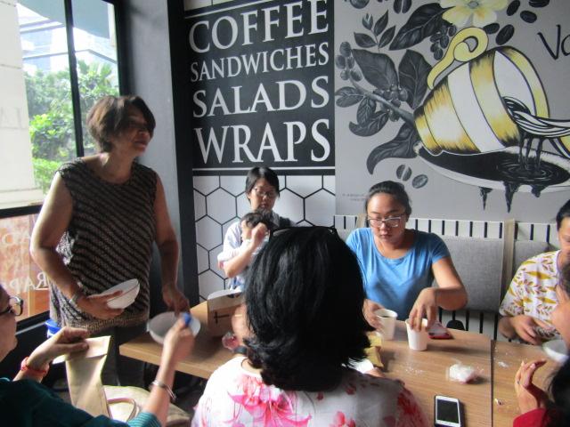 #EventReport Indoindians DIY Workshop with Rita Srivastava: Rita Srivastava explaining to participants