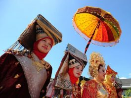 6-Unique-Wedding-Traditions-in-Indonesia-Minangkabau-Proposing-to-the-Groom