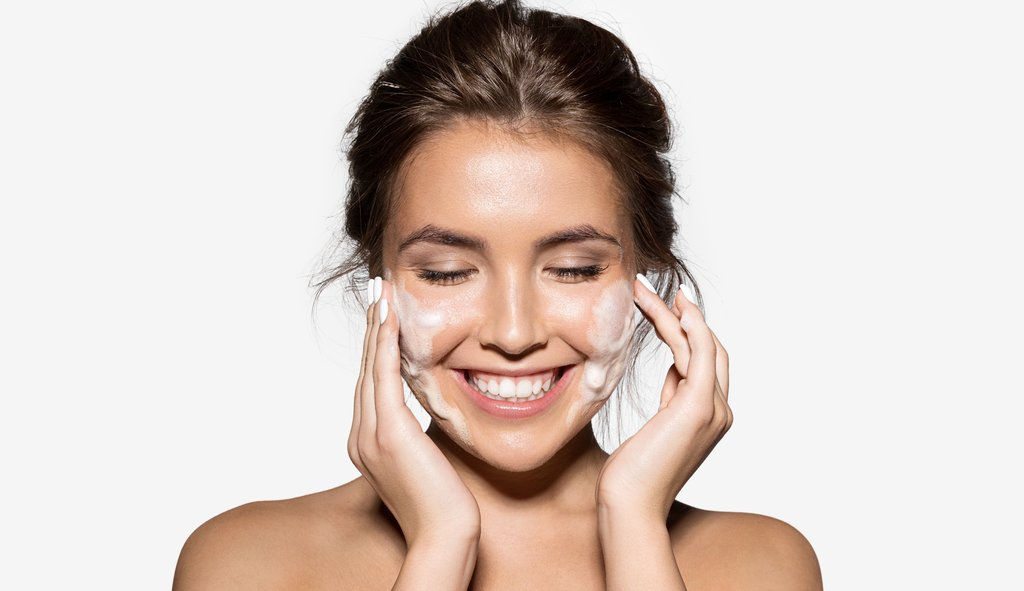 Tips-to-Improve-Your-Nighttime-Skincare-Routine-Cleanse-Your-face